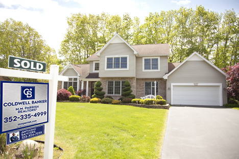 Home buyers fight over a limited number of houses for sale in a seller's market – Photo of house with sold sign